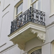 Balkon jest świetnym miejscem do odpoczynku, dlatego też należy odpowiednio dbać o jego wygląd, a w tym i nasze bezpieczeństwo. Jeżeli na krawędziach i spodzie balkonu pojawią się białe nacieki i wykwity, powinniśmy przeprowadzić remont. Fot. Atlas